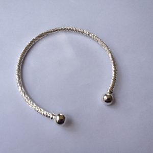 1 Solid twist bracelet