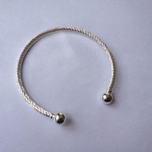 1 Solid twist bracelet